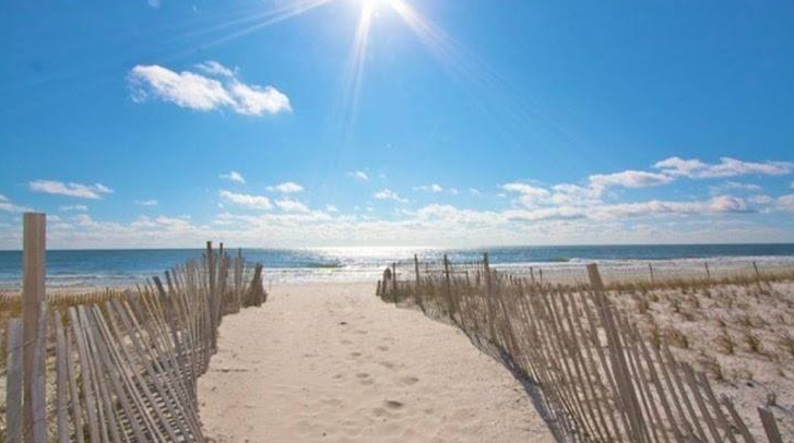 The closest beach to Nashville, TN on the Gulf of Mexico is Panama City Beach, FL ( miles, 7 hrs, 58 Minutes) Travel down I Also nearby is Destin, FL and Mexico Beach.